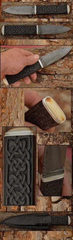 Gerdil Лоран - Скульптура - Человек Исправлена нож. C105 лезвие, селективный тушение глины. Длина 10,8 см. Высота 3 см. Толщина: 4мм до рикассо. резные черное дерево ручки. Охранная и серебряные каблуки. Вставьте ископаемого мамонта пятку из слоновой кости. Общая длина 22,5 см. Дело в натуральной кожей.