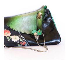 Bolso/Cartera Original. Realizado en charol verde, ante, piel de bovino negra y tela de algodón estampada. http://www.tutunca.es/bolso-estampado-con-flores-y-charol
