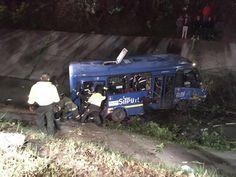 [VIDEO] Bus del Sitp cayó en caño en el barrio Galán y dejó 13 lesionados - HSB Noticias