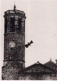 El 19 de julio del 1936.Por desgracia, una de las mejores fotografías de los primeros días de la guerra civil (1936-1939) ; esta fotografía la tomó Ferran, que vivía en el Paseo de la Bonanova esquina a la Plaça de Sarrià, que coge el momento justo en que se cae y se estrella al suelo la campana mayor.