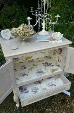 The Shabby Chic décor style popularized by Rachel Ashwell and Arhaus seeks to have an opulent vintage look. Shabby Chic furniture is given a distressed look by covered in sanded milk paint. The whole décor style has an intriguing flea market look. Shabby Chic Bedroom Furniture, Shabby Chic Dining, Shabby Chic Table And Chairs, Shabby Chic Homes, Shabby Chic Decor, Vintage Shabby Chic, Shabby Chic Unit, Rustic Decor, Shabby Chic Antiques