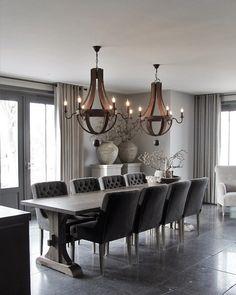 Robuuste mooie eetkamertafel met prachtige stoelen en stoere verlichting