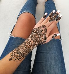 Henna tattoo design inspiration Bracelet body art The post Henna tattoo design inspiration Bracelet body art appeared first on Woman Casual - Tattoos And Body Art Henna Tattoo Hand, Henna Tattoos, Henna Tattoo Muster, Simple Henna Tattoo, Et Tattoo, Henna Body Art, Body Art Tattoos, Mandala Tattoo, Tatoos