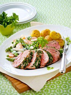 Das zarte Fleisch in frischen Kräutern wenden: Köstlich!