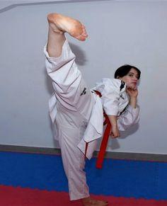 Taekwondo Girl, Karate Girl, Female Martial Artists, Martial Arts Women, Barefoot Girls, Female Fighter, Women's Feet, Girl Poses, Kicks