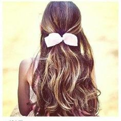 brown hair with blonde highlights. Love it! Would get this in a heartbeat.