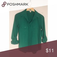 🌵Green blouse Green button up blouse by H&M. Lightweight, with option to roll up sleeves. Soft, great to wear casually with jeans or with a highwaisted skirt! Forever 21 Tops Button Down Shirts