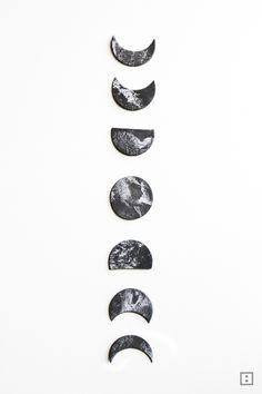 Ein Mondphasen-Mobile aus Modelliermasse für besonders schmale Wände.