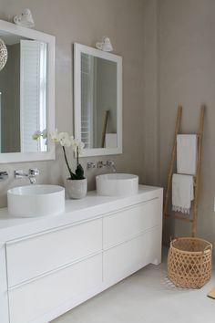 Badkamer met betonciré Bathroom Vanity, House Design, Bathroom Inspiration, Toilet, Interior, Bathroom Mirror, Bathroom Spa, Home Decor, 2nd Floor