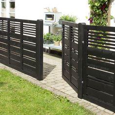 Plus hegn silence terrasseelement cm sort havehegn . House Gate Design, Door Gate Design, Fence Landscaping, Backyard Fences, Modern Fence Design, Diy Privacy Fence, Deck Railings, Railing Ideas, Front Yard Fence