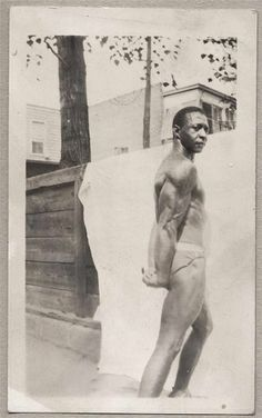 SHIRTLESS AFRICAN AMERICAN BEEFCAKE BODYBUILDER
