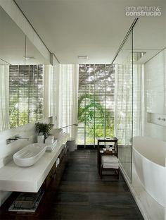 Dado Castello Branco cria casa de pedra e vidro integrada à natureza - Casa Pool Bathroom, Bathroom Toilets, Bathtub, Glass House, Beautiful Bathrooms, Small Apartments, Interiores Design, Powder Room, Decor Styles
