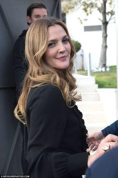 Shortly after touching down in Madrid, Drew Barrymore emerged in yet another chic ensemble, attending the Santa Clarita Diet photocall at the Nexflix office in Spain on Thursday. Santa Clara Diet, Drew Barrymore Makeup, At Madrid, Santa Clarita, Hair Affair, Looks Chic, Celebs, Celebrities, Gorgeous Hair