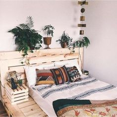 Crates recycled into a bed frame + bedside table = bedroom envy. What do you think of this look? #diycratebed #bedgoals