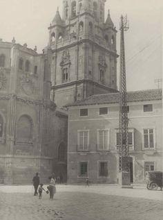 Columna metálica frente a la Catedral. Antigua instalación. Murcia. 1928 https://www.fundaciontelefonica.com/arte_cultura/patrimonio/archivo_fotografico/?detalle=6120