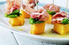 Små, vackra och ljuvlig goda! Ringla en riktigt god olivolja över melonen och prosciutton, salta och peppra