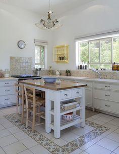 Building Kitchen Cabinets, Kitchen Flooring, Kitchen And Bath Design, Home Decor Kitchen, Narrow Kitchen Island, Cuisines Diy, Kitchen Benches, Home Interior Design, House Design
