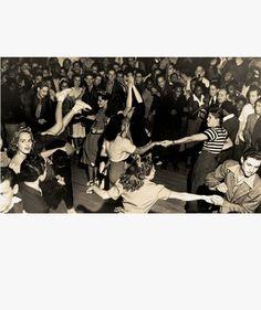 3.Mestizaje es una de las palabras clave para definir esta revolución musical. Parte de la evolución de la música negra rithm and blues y la blanca sureña Country. Antes de que las barreras políticas y civiles entre negros y blancos se rompieran en la Norteamérica de los 60, los músicos ya habían mezclado su sangre y los géneros comenzaron a fusionarse para crear el rocka billi y el rock and roll,un grupo de cantantes negros como Chuck Berry y Little Richard triunfaba entre la juventud…