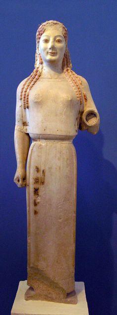 """Peplos Kore"" er en arkaisk skulptur fra side 530 fvt. Den kan perspektiveres til de to søstre, da de begge har samme kropsholdning."