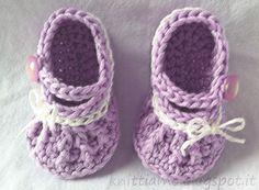 Deliziose scarpe amigurumi in cotone. Ideali come bomboniere per un battesimo, portachiave, portafortuna sul passeggino o perchè non riempi...