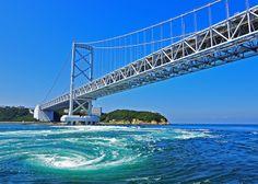 鳴門海峡のうずしおは、瀬戸内海と紀伊水道の2つの海の干満差によって生じる特有の自然現象です。うずしお観潮船では、最大直径20mにも及ぶ巨大なうずしおを、しぶきが衣服に飛び散るほど間近に見ることができるダイナミックな体験です。 http://www.uzusio.com/ #Tokushima_Japan #Setouchi
