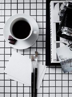 LACK sidobord DIY uppdaterat med mosaik. Följ upp den stramt stilrena inredningen med detaljer konsekvent i svart och vitt.