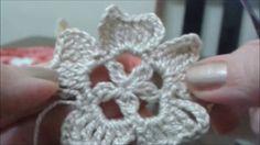 Motivos de crochê, Flor #1 #Flordecrochê plana para aplicações. Pontos usados: #corrente, #pontobaixo, #pontoalto, #pontoaltoduplo, #pontoaltotriplo e #pontoaltofechadojunto. Gráfico: http://liascrochet.blogspot.com.br/2016/08/flor-de-croche-plana.html