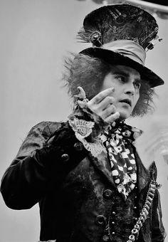 Mad Hatter Tim Burton Johnny Depp Alice in Wonderland Johnny Depp Mad Hatter, Johnny Depp Movies, Beautiful Men, Beautiful People, Dead Gorgeous, Chesire Cat, Tim Burton Films, The Lone Ranger, Usain Bolt