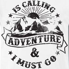 My Favorite Shirt | Berg Abenteuer ruft ich muss weg - Männer Premium T-Shirt T Shirt Designs, Adventure, My Favorite Things, Outdoor, Mountains, Funny Sayings, Hiking, Outdoors, Adventure Movies