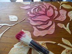Con plantillas y pasta podemos elaborar una preciosa decoración en relieve en superficies de madera. ¡Toma nota! Diy Crafts To Do, Glue Crafts, Arts And Crafts, Shabby, Craft Projects, Projects To Try, Pasta Flexible, Stencil Art, Cold Porcelain