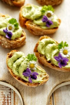 Sandwiches with avocado paste with the addition of edible flowers Avocado Creme, Avocado Toast, Toast Sandwich, Flower Food, Edible Flowers, Tea Time, Sandwiches, Food And Drink, Snacks