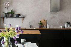 Vuonna 2014 valmistunut kaksikerroksinen omakotitalo Helsingin Ormuspellossa. Talo on lähes uudenveroinen ja sen ulkomuoto noudattaa suosittua town house –tyyliä. Tämä talo on townhouse-talorivin päädyssä ja talolle kuuluu myös autokatos ulko-oven vieressä ja varasto n. 15 m2. Pintamateriaalit ja yleisilme ovat modernit, talo on liitetty kaukolämpöön, lämmitys on toteutettu lattialämmityksen kautta ja lisäksi on koneellinen ilmanvaihto lämmöntalteenotolla. Talon alakerrassa on yksi…