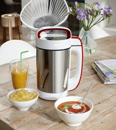 Soups, compotes and smoothies at the flick of a switch thanks to the Philips Soup Maker, this great little gadget will transform you into a culinary maestro. Philips Viva Collection, Kitchen Gadgets, Kitchen Appliances, Cook N, Bbq Meat, Homemade Soup, Blenders, Milkshakes, Soups And Stews