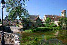 Asnières-sur-Vègre Avec ses vieilles maisons du XVe au XVIIe siècle, son manoir XIIIe, son château, son pont de style roman enjambant la Vègre et son église du XIe siècle, Asnières-sur-Vègre a gardé son allure de village sarthois du Moyen-âge.