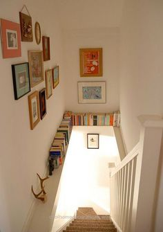 Beautiful 24 ideas for storing books in small spaces. #2: Take advantage of an unused ledge! The post 24 ideas for storing books in small spaces. #2: Take advantage of an un ..