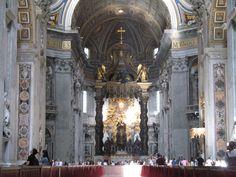Michelangelo gebruikte Bramantes bouwtekeningen en bouwde de kerk in de vorm van een Grieks kruis. Het schip werd in 1615 alsnog uitgebreid door de architect Carlo Maderno omdat de kerk groter moest worden dan oorspronkelijk gepland. Na deze verlenging was het schip veertig meter lang. Veel van de interne decoraties, waaronder het reusachtige baldakijn onder de koepel, zijn gemaakt door de Italiaan Gian Lorenzo Bernini, die ook elders in Rome veel kunstwerken heeft gemaakt.