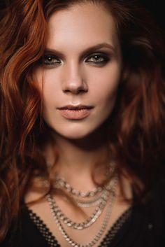 Одна из самых популярных разновидностей макияжа смоки айс – так называемые восточные смоки, когда темная «дымка» располагается у самых ресниц и подчеркивает их контур. Разбираем эту технику на примере