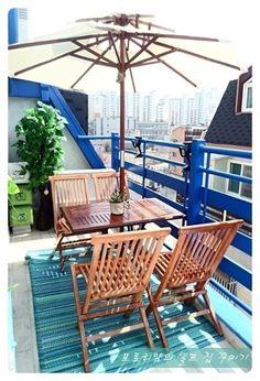2단 원목 파라솔~~ 제 로망이였죠 드뎌 소원 성취~ 야외용으로 테이블,의자 전부 접이식이랍니다. 태양열 조명도 난간에 설치해봤어요~