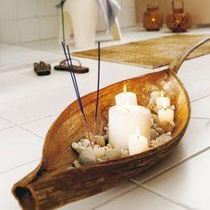 Bananblatt mit Räucherstäbchen und Kerzen