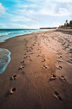 Não é muito fácil escolher as 5 melhores praias do brasil perfeita para frequentar no inverno brasileiro. inverno do hemisfério sul ocorre entre meados de junho e meados de setembro. Nem todo mundo gosta daquele friozinho típico do inverno brasileiro. Mas na estação mais fria #brazil #praiadobrasil #melhorpraia #melhorespraias #cabofrio #buzúos #arraialdocabo #praiabrasil #praiadecabofrio #praiadebuzúos #praiadosanjos Junho, Beach, Water, Outdoor, Rio De Janeiro, Winter Time, September, Pith Perfect, Gripe Water
