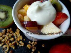 Rezept Idee für den Sommer: Mittagessen ist fertig - Heute gibt es eine große Schüssel mit frischem Obstsalat – lecker, fruchtig & gesund!