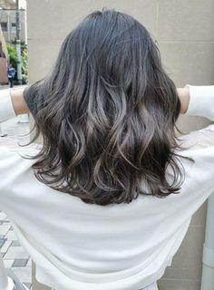 《お手入れ簡単》切りっぱなしミディアム【AKAMEE表参道】 重めの切りっぱなしが可愛いヘアスタイル。その方の髪質に合わせて、量感、質感を整え、理想の髪型に導きます!カラーリングは暗めのグレージュをベースに細かいハイライトをちりばめています! ≪#mediumhair #mediumstyle #mediumhairstyle #hairstyle #ミディアム #ヘアスタイル #髪形 #髪型≫