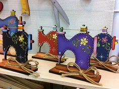 sewing machine scroll saw Wood Projects, Woodworking Projects, Craft Projects, Projects To Try, Tole Painting, Painting On Wood, Wire Crafts, Diy And Crafts, Craft Room Signs