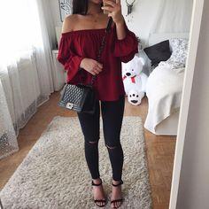 Pantalon noir + t-shirt rouge (bordeaux) Style Outfits, Cute Casual Outfits, Mode Outfits, Casual Jeans, Teenage Outfits, Teen Fashion Outfits, Outfits For Teens, Dress Fashion, Sleepwear & Loungewear