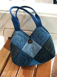 very unique old jeans bag Denim Tote Bags, Denim Purse, Patchwork Bags, Quilted Bag, Denim Patchwork, Denim Quilts, Jean Purses, Purses And Bags, Denim Crafts