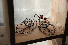 逆光写真でごめんなさい葉っぱの上に丸い花器を合体しました。もう少し小さ目のも・・・赤い実が黒く見えちゃいますね(-_-メ)撮りなおして・・・お部屋にちょこっと置いてあるだけで秋っぽい?(*^-^*)花器は取り外しできるし、お水を入れてお花やグリーンを生けてもいいですね。こちらは「にっこりほっこり手創り市」にお持ちします。*にっこりほっこり手創り市10月20日(日)10:30~16:00会場ぽっぽ町田