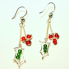 Cute holly Berry Earrings made with 20 gauge silver wire, green seed beads and red round beads. Stems are coiled with 26 gauge wire to make then stronger. Diy Earrings Studs, Green Earrings, Round Earrings, Beaded Earrings, Earrings Handmade, Silver Earrings, Diy Christmas Earrings, Christmas Jewelry, Wire Wrapped Jewelry