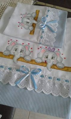 Best Ideas For Crochet Baby Girl Bib Fabrics Crochet Baby Bibs, Baby Knitting, Baby Crafts, Diy And Crafts, Baby Sheets, Baby Boy Bibs, Baby Sewing Projects, Sewing Tutorials, Baby Mobile