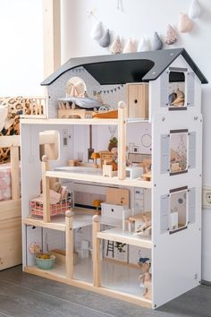 This excellent twin girls room is an unquestionably inspirational and extraordinary idea Kids Doll House, Doll House Plans, Doll House Crafts, Toy House, Barbie Doll House, Wooden Dollhouse, Diy Dollhouse, Toddler Dollhouse, Victorian Dollhouse