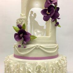 """Este pastel de bodas es otra muestra de que puedes hacer pasteles diferentes, siempre innovando. De la serie """"gruta del amor"""" es otra versión, con un orificio donde se encuentran los novios iluminados con bombillos LED. Este caso particular, incluimos un personaje importante: la mascota de la pareja!. Todos los detalles florales son comestibles, somos especialistas en flores de azúcar, hacemos todo tipo de arreglo floral, en azúcar. La decoración en general fue maravillosa! #wedding…"""